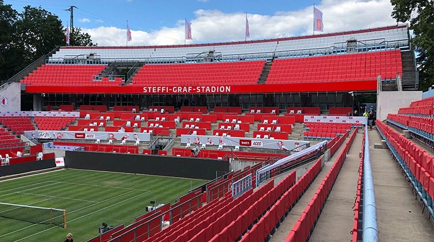 Foto: El estadio Steffi Graf con fundas rojas para los asientos.