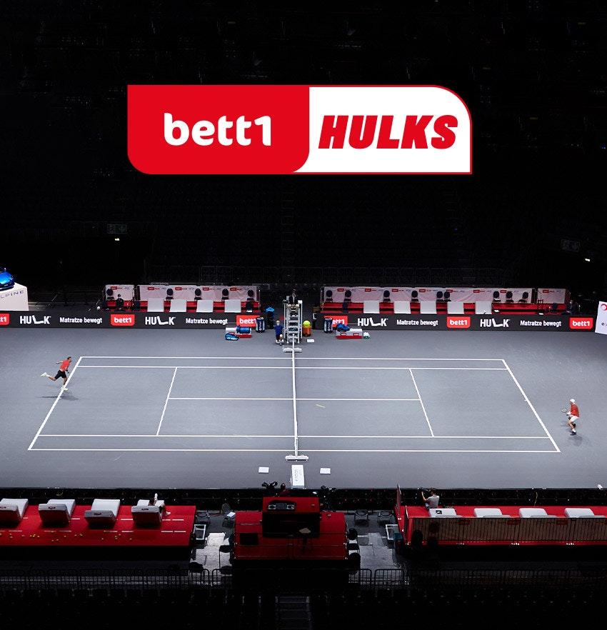 Foto: Una escena de juego del torneo de tenis bett1HULKS sobre el logo de bett1HULKS.