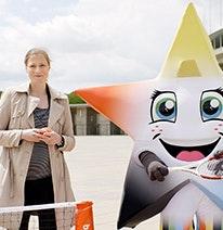 Foto: Friederike Sowislo, directora general de la Fundación Alemana de Deportes Escolares, y la mascota juvenil en forma de estrella entrena para los Juegos Olímpicos y Paralímpicos.