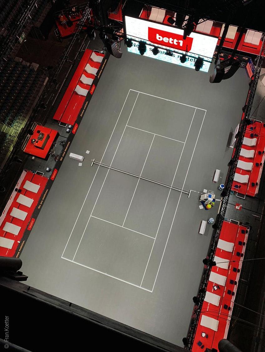 Foto: La pista de tenis de los bett1HULKS en el estadio LANXESS de Colonia desde arriba.